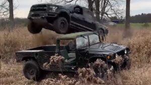 Homem decide saltar com Ford F-150 por cima de um Hummer H1 thumbnail
