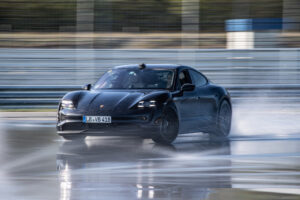 "Porsche Taycan é o rei do drift ""elétrico"" thumbnail"
