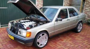 Alguma vez viu um Mercedes 190 com motor V12? Este encontra-se à venda thumbnail