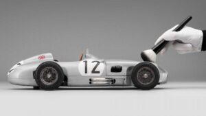Réplica em miniatura do Mercedes W196 conduzido por Stirling Moss custa mais de 10 mil euros thumbnail