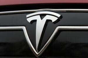 Tesla sem ocupante ao volante envolvido em acidente mortal thumbnail