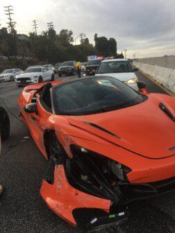 McLaren 720S alugado fica neste estado depois de acidente a alta velocidade thumbnail