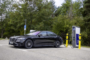 Mercedes-Benz Classe S recebe versão híbrida plug-in com mais de 100 km de autonomia thumbnail